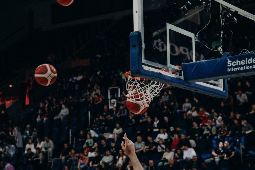 バスケットボールがゴールに入る