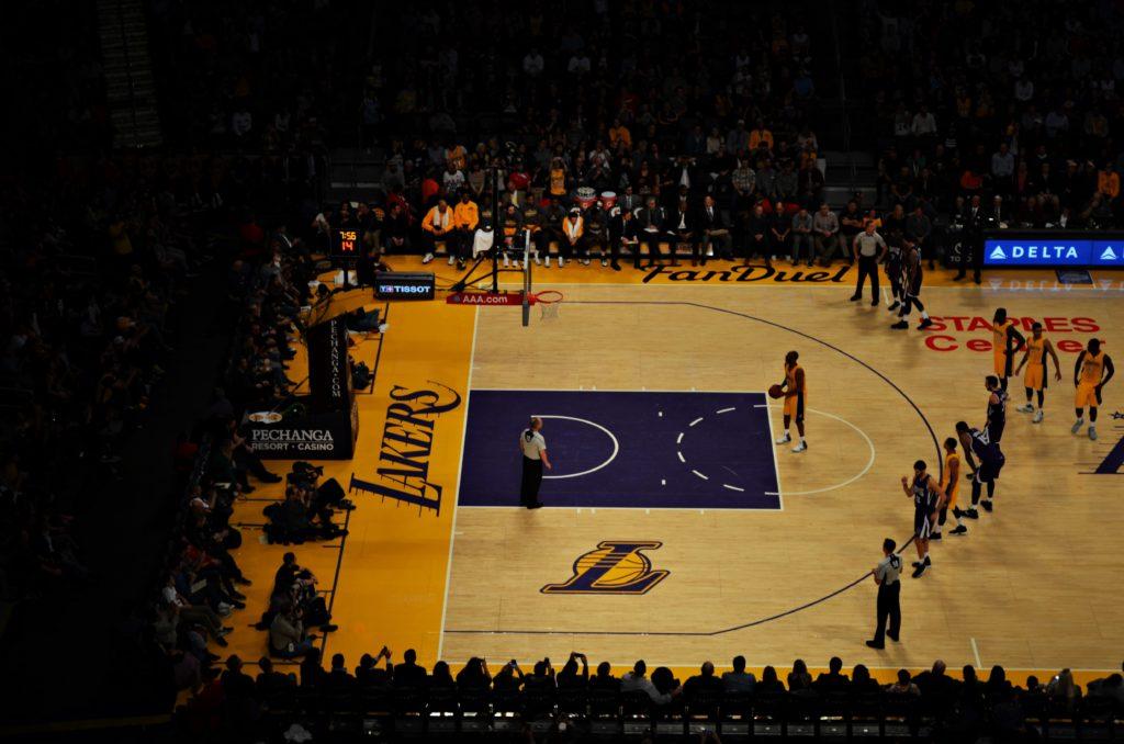NBAの試合でフリースローが行われている様子