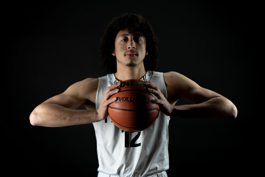 バスケットボールをプレイする人